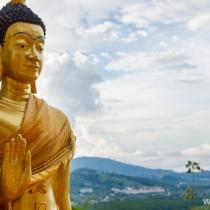 Статуя Будды на вершине холма в храме Ват Сирей, Пхукет, Таиланд