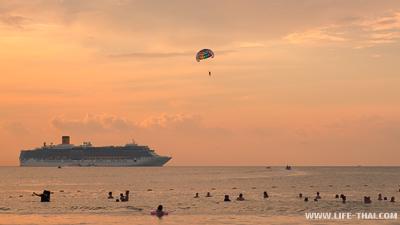 Пляж Патонг на Пухктее - самый тусовочный пляж острова