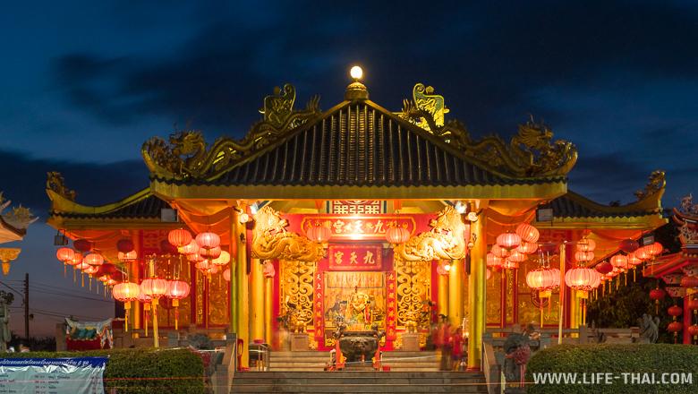 Китайский храм в парке Сапхан хин в Пхукет-тауне, Таиланд