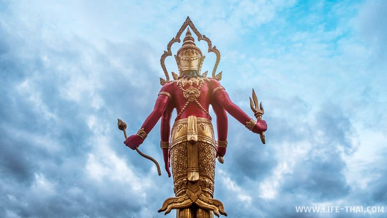 Статуя в тайском храме, Пхукет, Таиланд