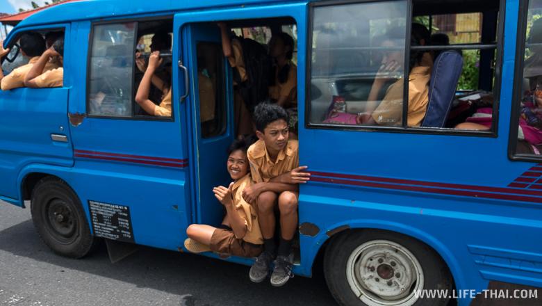 Автобус со школьниками, Бали, Индонезия