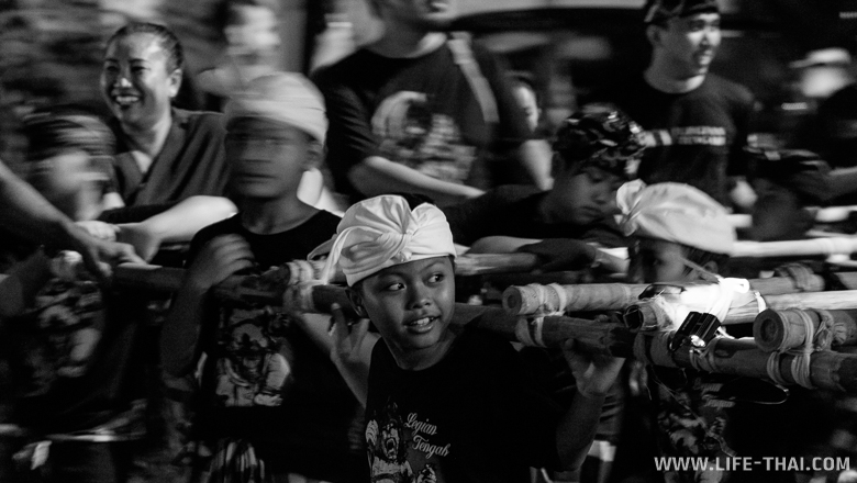 Традиционное шествие со статуями демонов на Бали в Ньепи