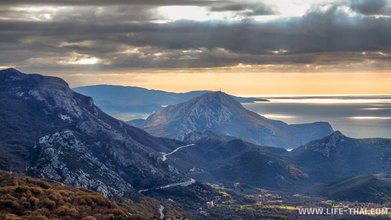 Драмматически прекрасные облака, дорога и Бульярица, Черногория