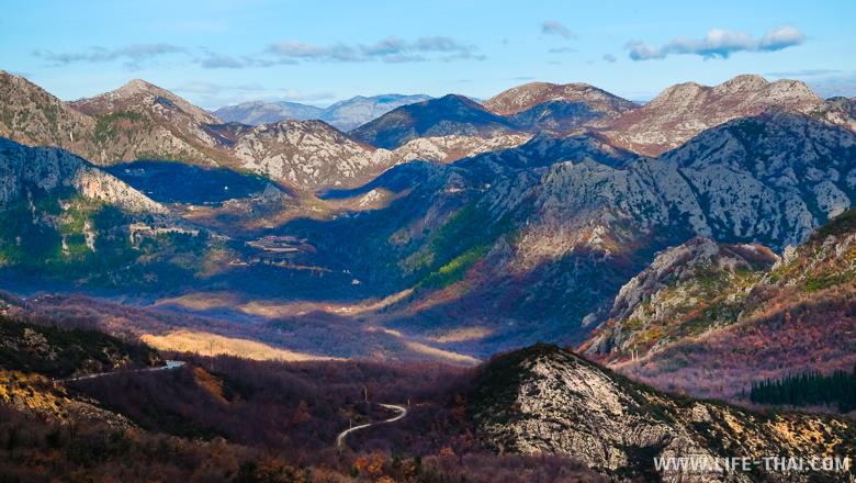 Дорога в долине среди гор, путешествуем по Черногории на машине самостоятельно