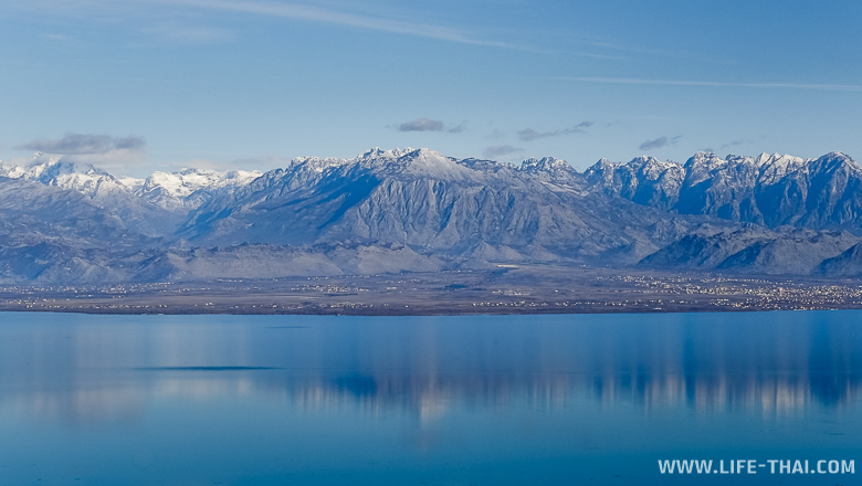 Заснеженные вершины отражаются в Скадарском озере, Черногория