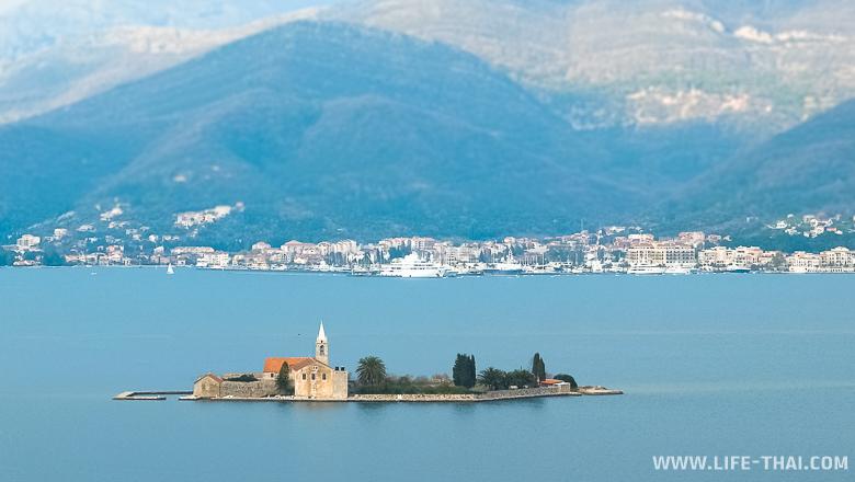 Вид на Тиват с полуострова Луштица, Черногория