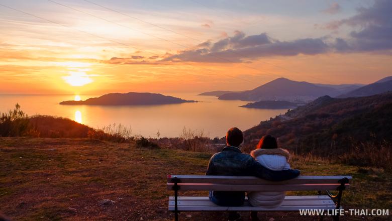 Скамейка с видом на закат над Свети Стефаном, Черногория