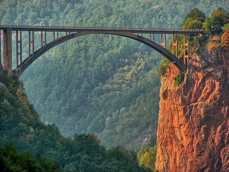 Мост Джурджевича - знаменитая достопримечательность Черногории