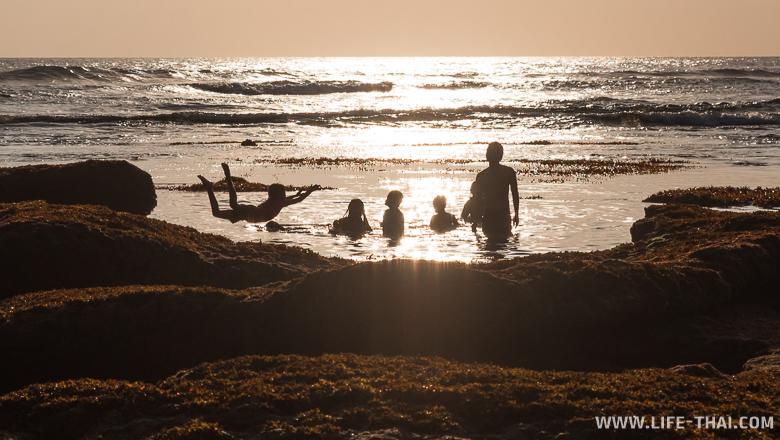 Закат на Бали, дети купаются