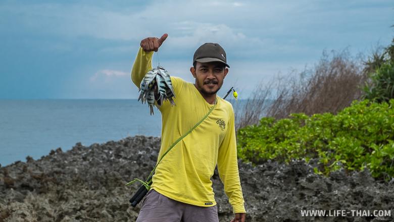 Балийский рыбак с уловом на Нуса Дуа