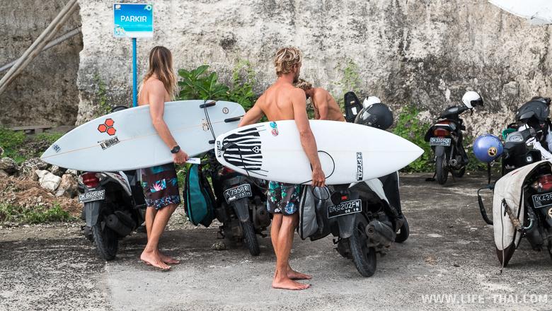 Сёрферы на пляже Пандава, Бали, Индонезия