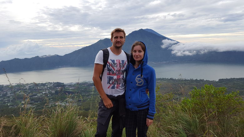 Юра и Марина, на заднем плане озеро Батур и кальдера вулкана на рассвете