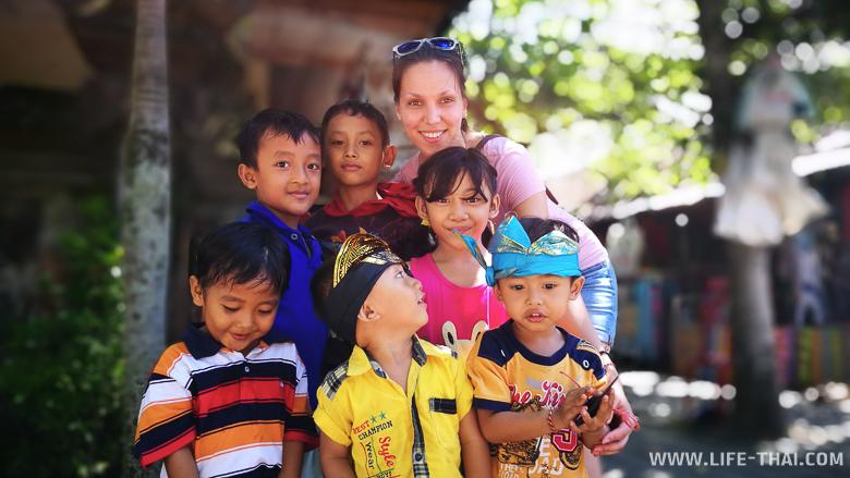 Моя сестра в окружении балийских детей