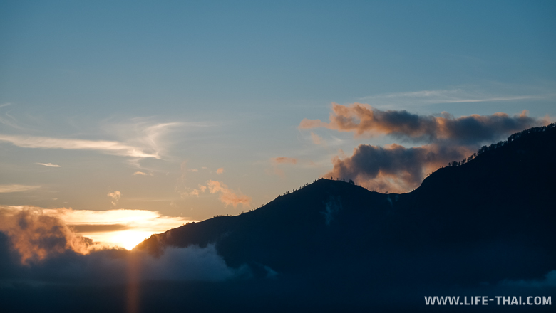 Вулкан на рассвете, остров Бали, Индонезия