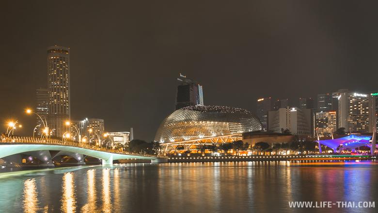 Ночной Сингапур, здание в виде дуриана