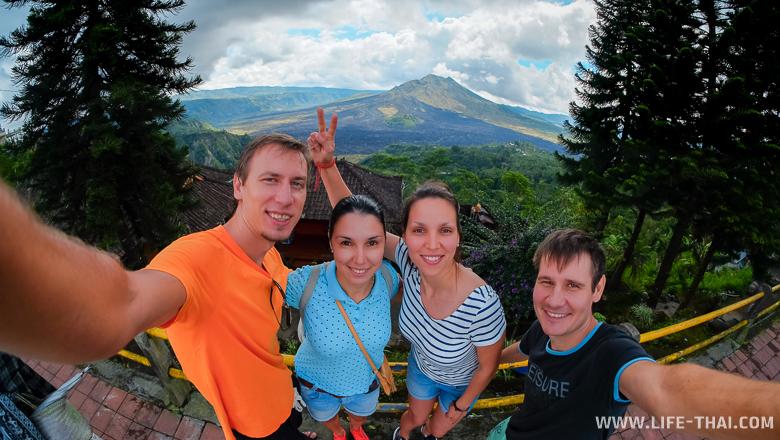 Мы на фоне вулкана Батур на острове Бали, Индонезия