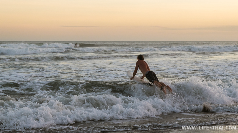 Сёрфер на пляже Чанггу, Бали