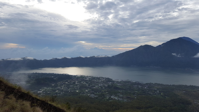 Озеро Батур и кальдера вулкана на рассвете