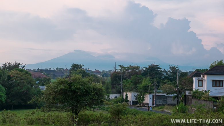 Вид на вулканы с района Чанггу, Бали
