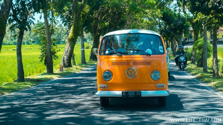 Старый фольцваген на дорогах Бали