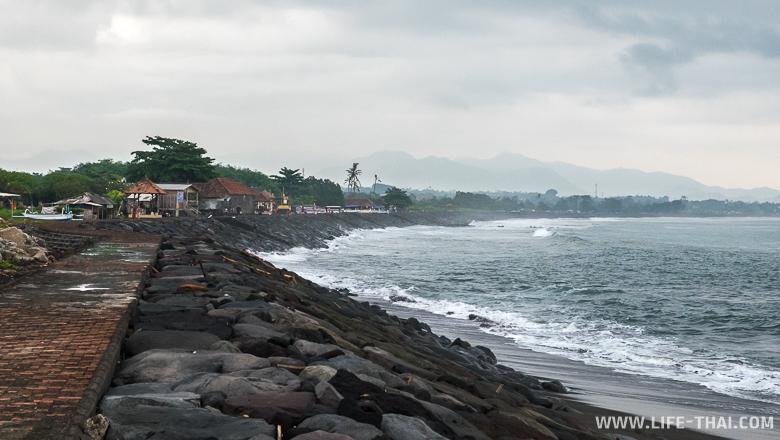Фото: один из пляжей на восточном побережье Бали, Индонезия
