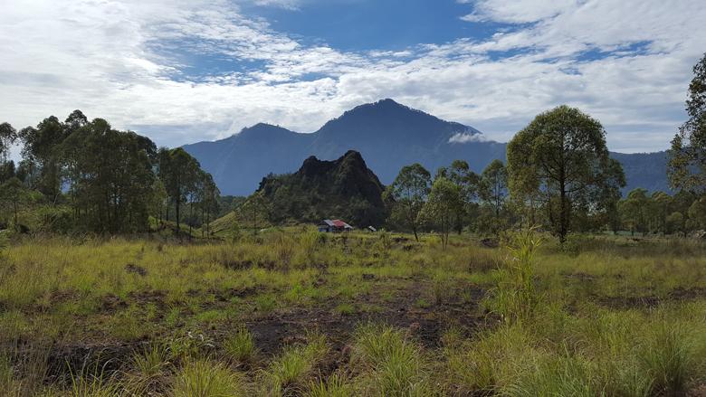 Вулканы напротив Батура, остров Бали, Индонезия