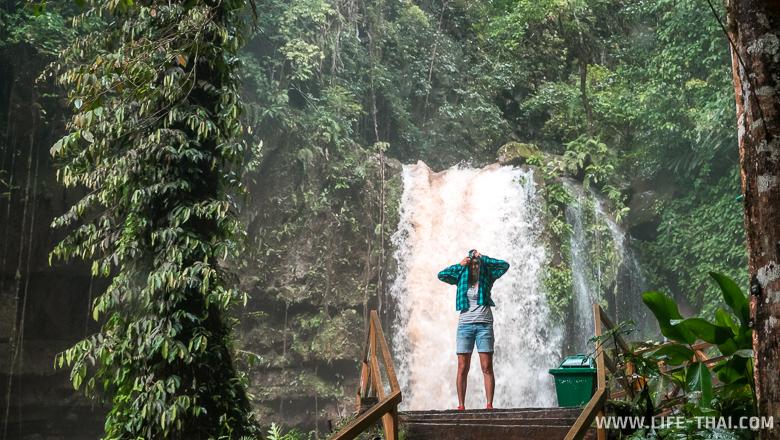 Под дождём на водопаде в Сабахе, Малайзия