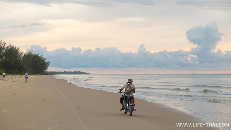 Пляж, около которого мы жили на Борнео, Малайзия