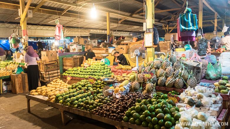 Ночной продуктовый рынок в Кота-Кинабалу, Малайзия