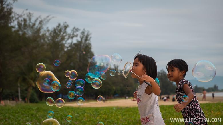 Фото: местные жители отдыхают с детьми вечером, Кота-Кинабалу, Малайзия