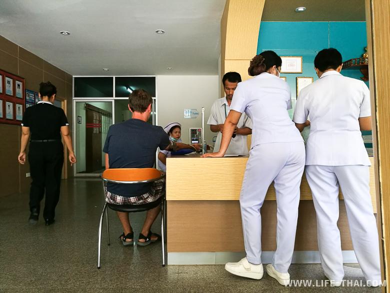 Игорю измеряют давление в Samui International Hospital