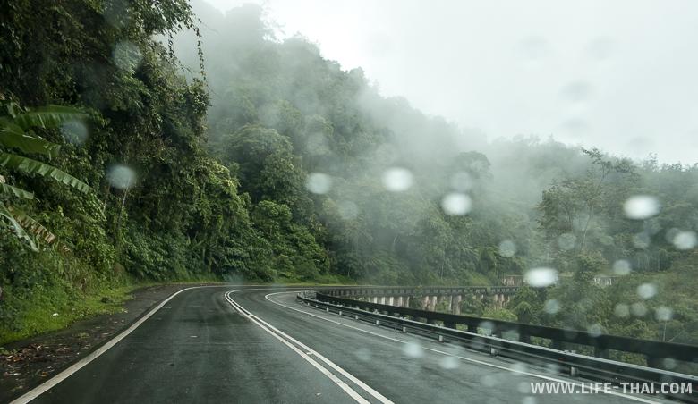 Дорога на Борнео - серпантин вдоль обрыва