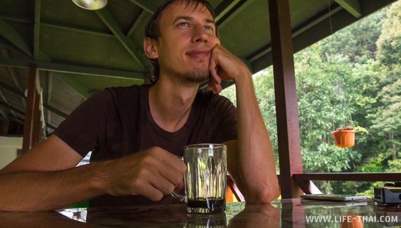 Слегка промокший, но довольный Игорь с кружкой местного кофе