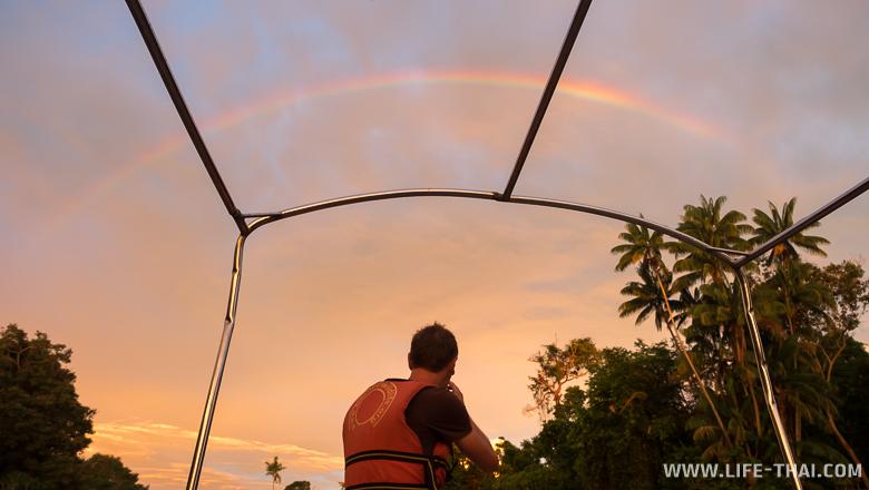 Закат на реке Клиас, достопримечательности острова Борнео, Малайзия