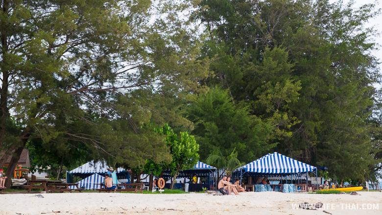 Самый загруженный пляж на острове Мамути в 3 часа дня, Кота Кинабалу, Малайзия