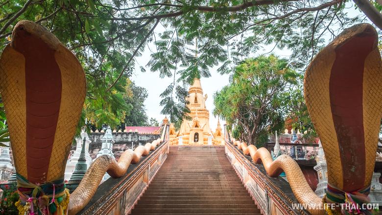Буддийский храм со змеями-нагами, Самуи, Таиланд