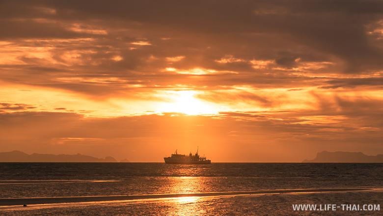 Паром Ситран на закате, пляж Натон, Самуи