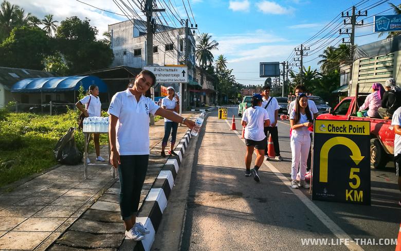 Бесплатная вода во время марафона Cancer Care Fun Run на острове Самуи 2017
