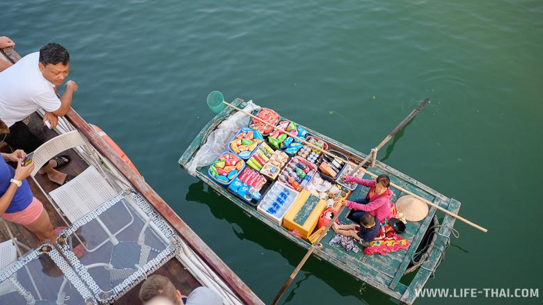 Торговцы в бухте Халонг