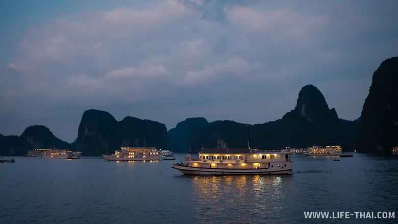 Круизные корабли стоят на якоре - ночёвка в бухте Халонг, Вьетнам