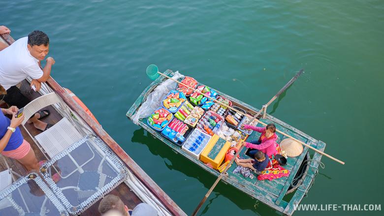 Местные вьетнамцы продают продукты на лодках