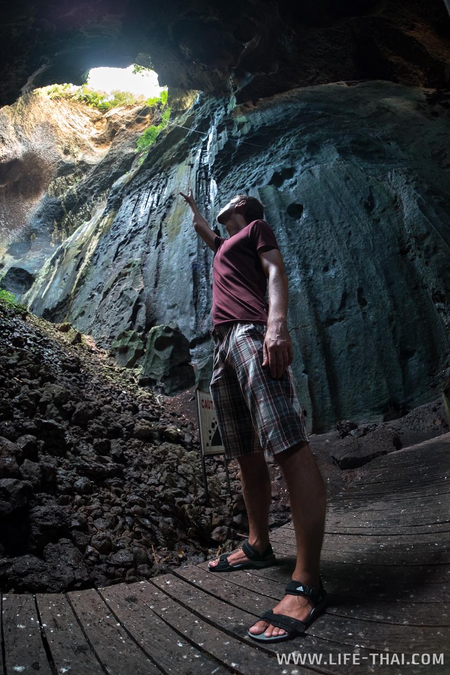 Игорь в пещере Гоматонг, Малайзия