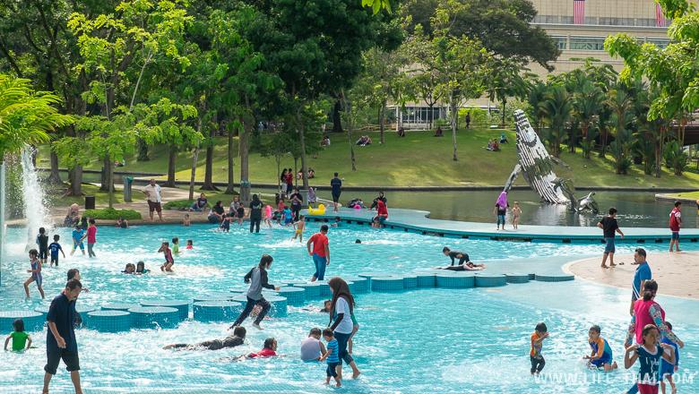 Открытый бесплатный детский бассейн в центре Куала Лумпура