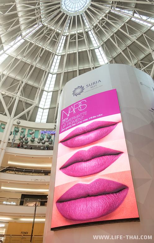 Реклама внутри торгового центра Suria KLCC
