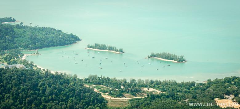 Вид на пляж Кок на острове Лангкави с канатной дороги, Малайзия