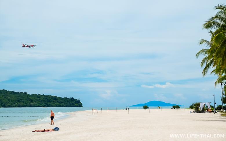 Белоснежный песок на пляже Ченанг, Лангкави, Малайзия
