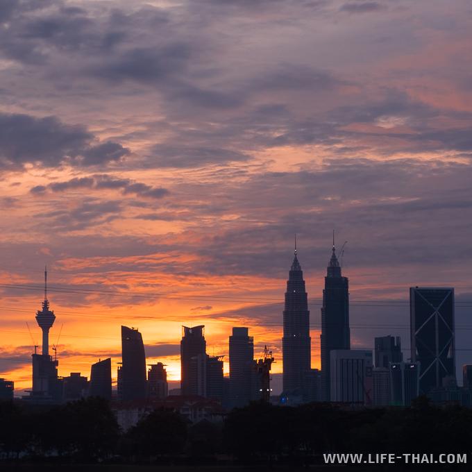 Башни Петронас и Менара на закате, Куала Лумпур, Малайзия