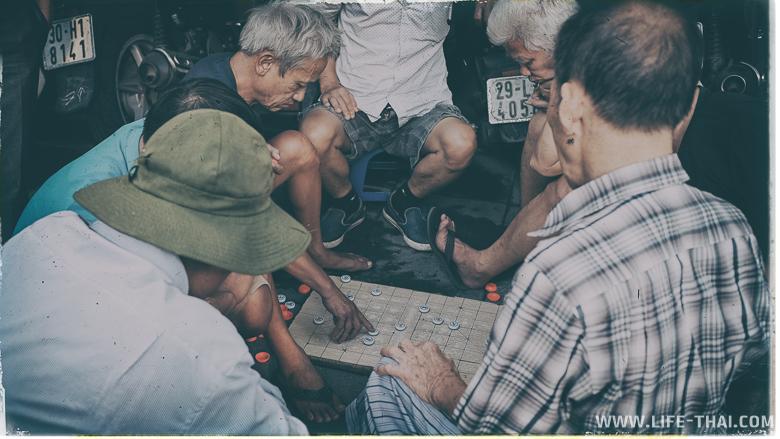 Вьетнамские мужчины играют в ковай на улицах Ханоя