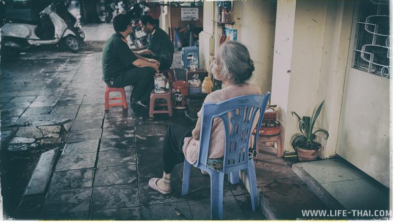 На улицах Ханоя много людей в форме