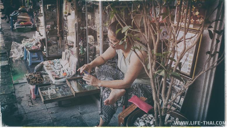 Женщина - продавец уличных сувениров во Вьетнаме